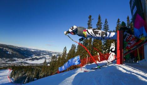 Спортсмен перед стартом соревнований горнолыжников на зимних юношеских Олимпийских играх-2016