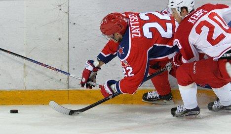 Защитник ЦСКА Никита Зайцев (слева) и форвард Витязя Марио Кемпе
