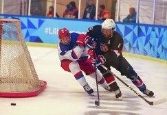 Игровой момент матча ЮОИ между сборными России и США по хоккею