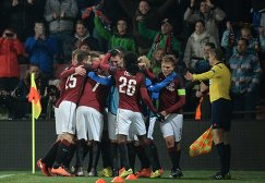 Игроки ФК Спарта радуются забитому голу