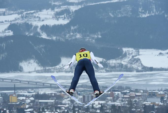 Японец Масамитцу Ито во время прыжка с трамплина на на зимних юношеских Олимпийских играх в Норвегии
