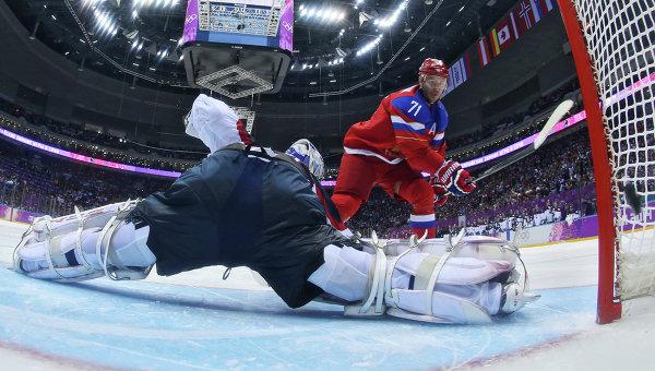 Нападающий сборной России по хоккею Илья Ковальчук забрасывает буллит в ворота словацкого голкипера Яна Лацо