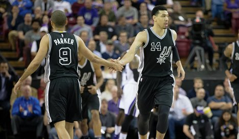 Разыгрывающий клуба НБА Сан-Антонио Сперс Тони Паркер и форвард команды Дэнни Грин (слева направо)