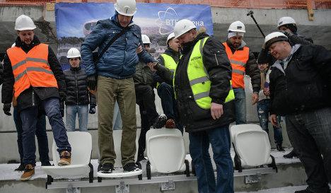 Болельщики тестируют на прочность новые кресла на стадионе Динамо