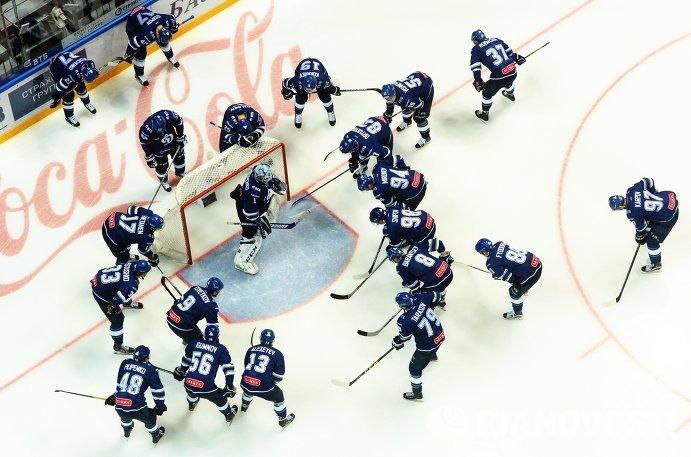 Хоккеисты Динамо перед началом матча