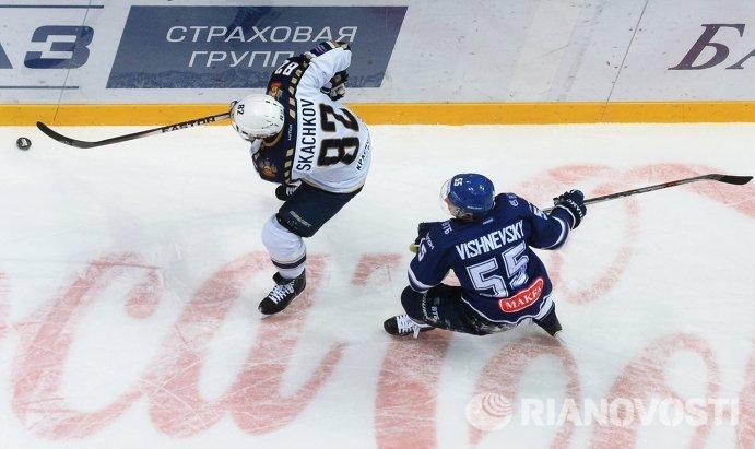Форвард Сочи Евгений Скачков (слева) и защитник Динамо Дмитрий Вишневский
