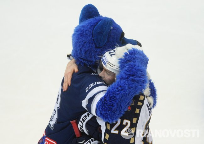 Талисман Динамо Волк утешает хоккеиста Сочи Михаила Анисина