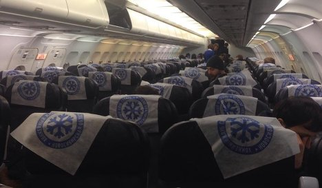 Хоккеисты Сибири в салоне самолета
