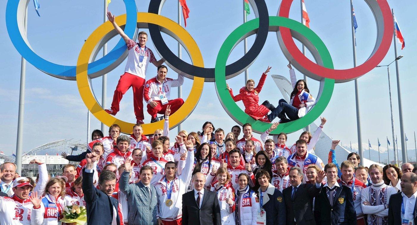 Президент России Владимир Путин (в центре) во время церемонии фотографирования с российскими призерами XXII зимних Олимпийских игр в Сочи