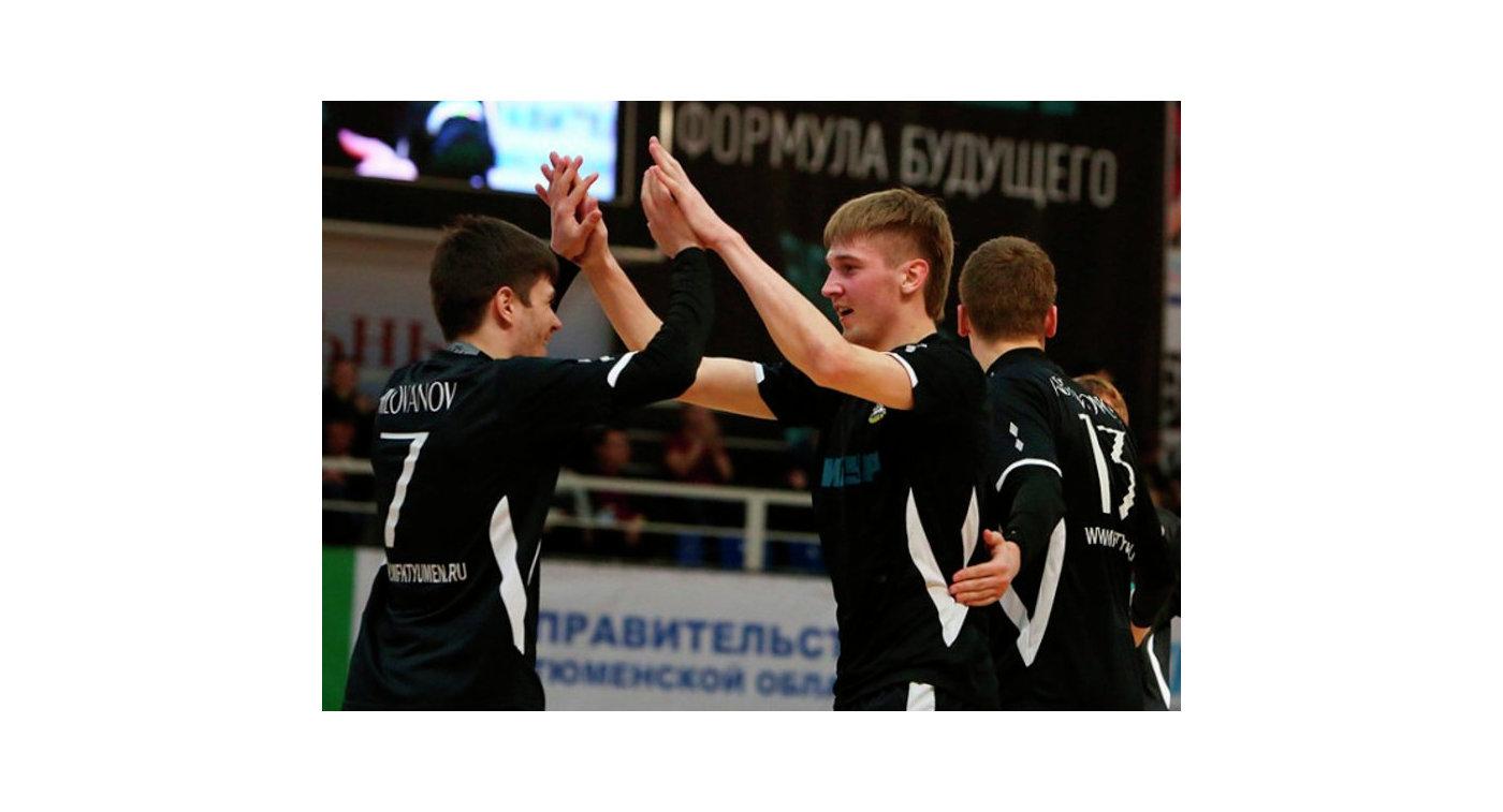 Игроки МФК Тюмень радуются забитому голу