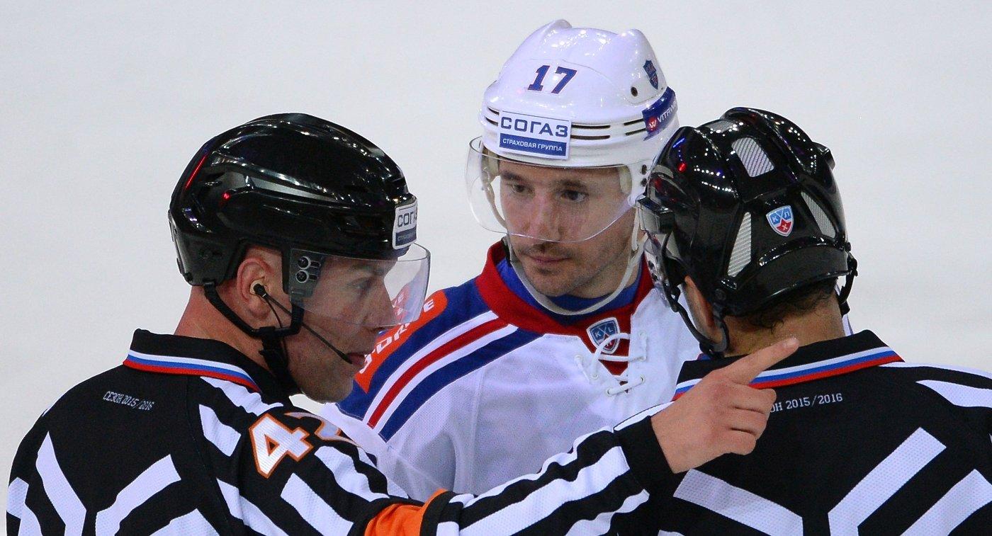Форвард СКА Илья Ковальчук (в центре)