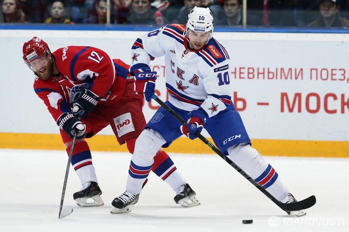 Форварды ХК Локомотив Иржи Новотны (слева) и ХК СКА Юаким Линдстрем