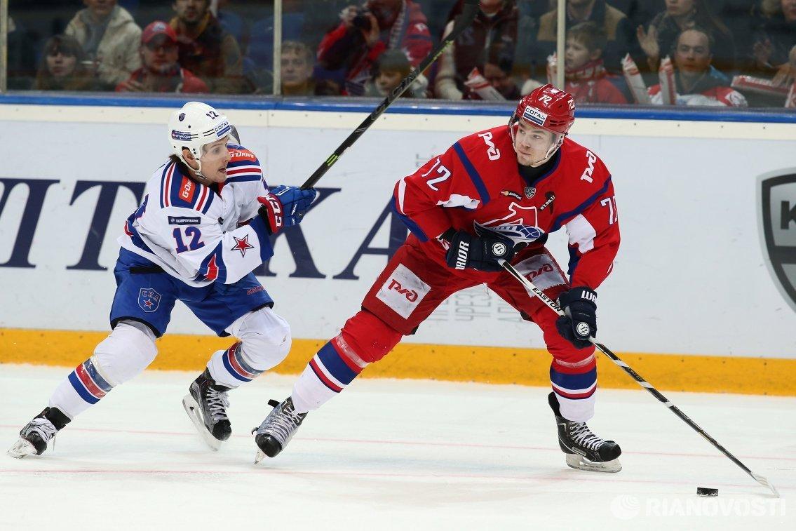 Форварды ХК СКА Стив Мозес (слева) и ХК Локомотив Эмиль Галимов