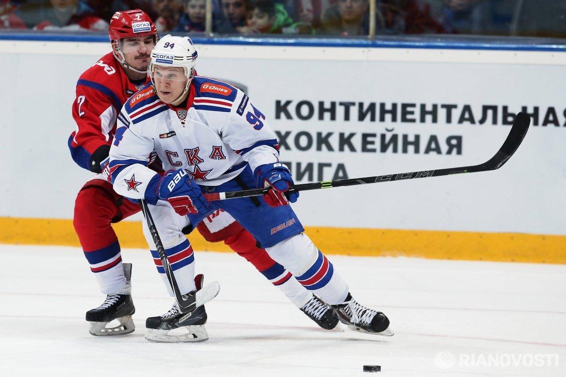 Защитник ХК Локомотив Павел Коледов (слева) и форвард ХК СКА Александр Барабанов