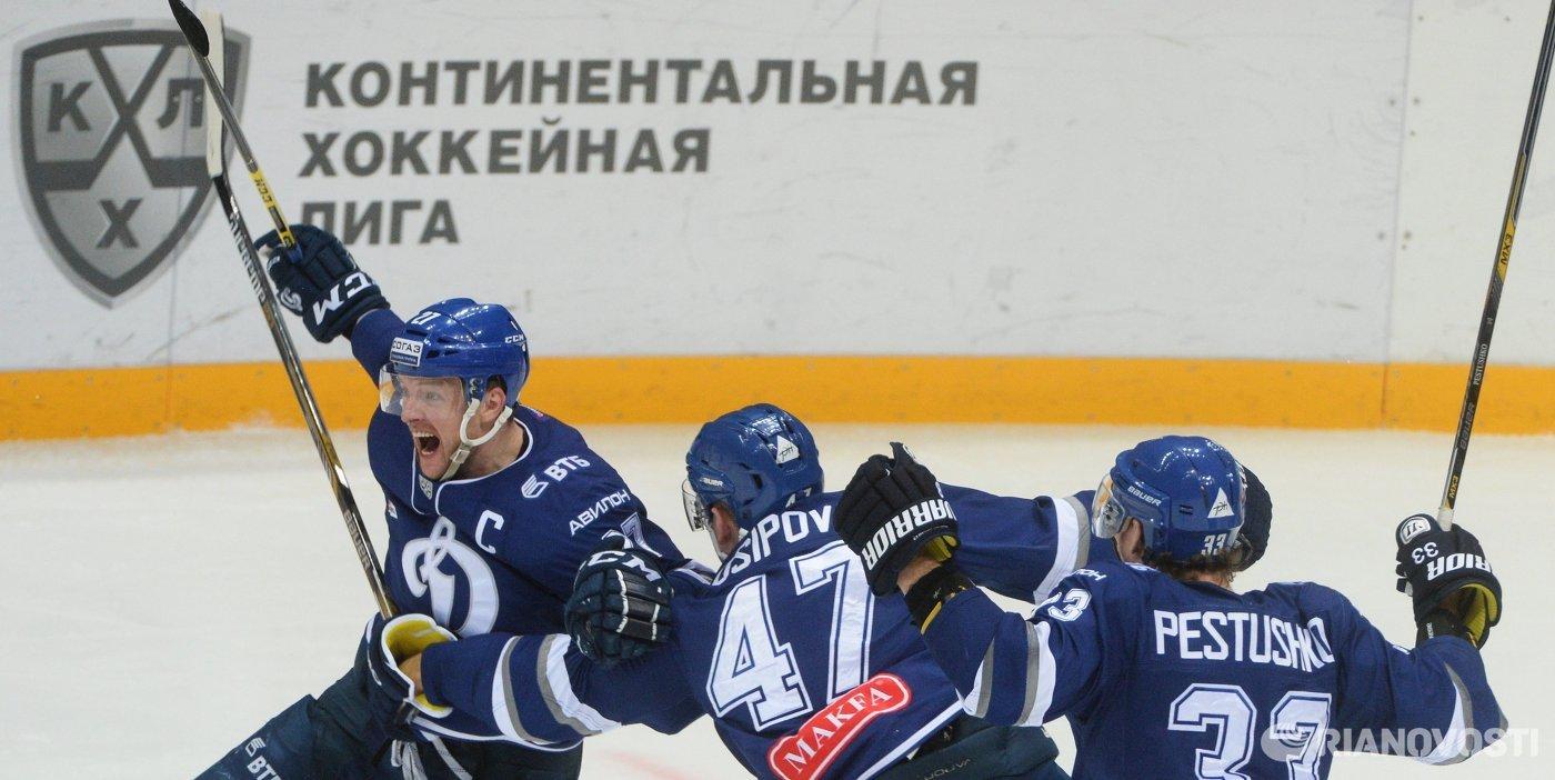 Хоккеисты Динамо радуются решающей заброшенной шайбе