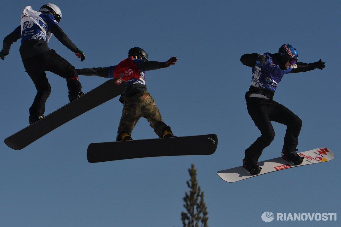 Участники на трассе в дисциплине Сноуборд-Кросс среди мужчин на этапе Кубка мира по сноуборду в Миассе