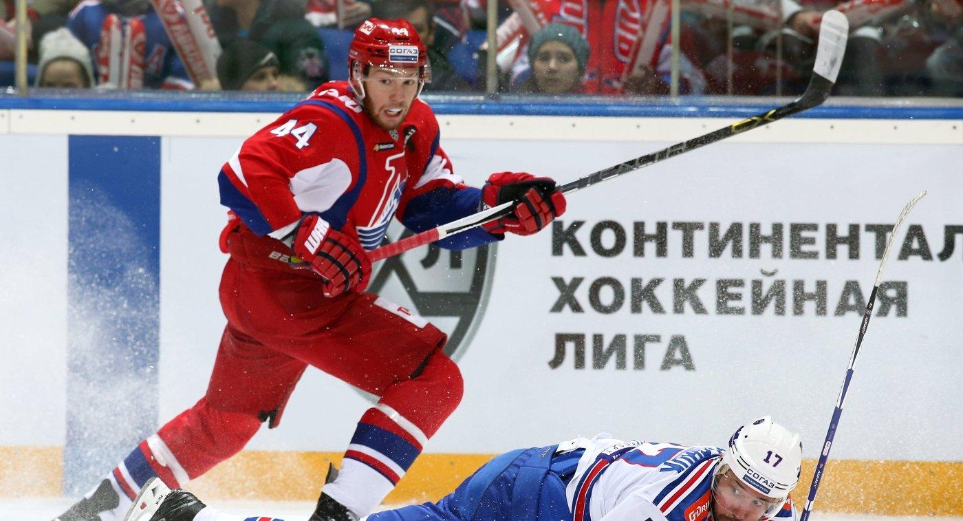 Защитник Локомотива Владислав Гавриков (слева) и форвард СКА Илья Ковальчук