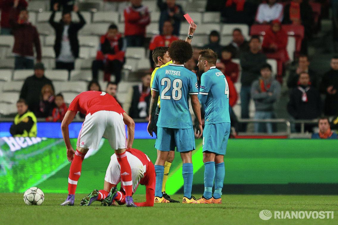 Главный судья матча Джанлука Рокки показывает красную карточку защитнику Зенита Доменико Кришито (первый справа)
