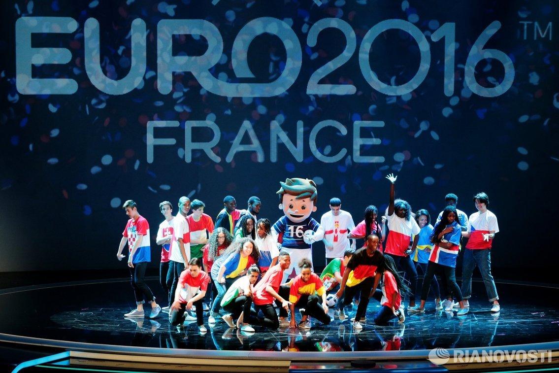 Выступление артистов перед началом церемонии жеребьевки финального турнира чемпионата Европы по футболу 2016
