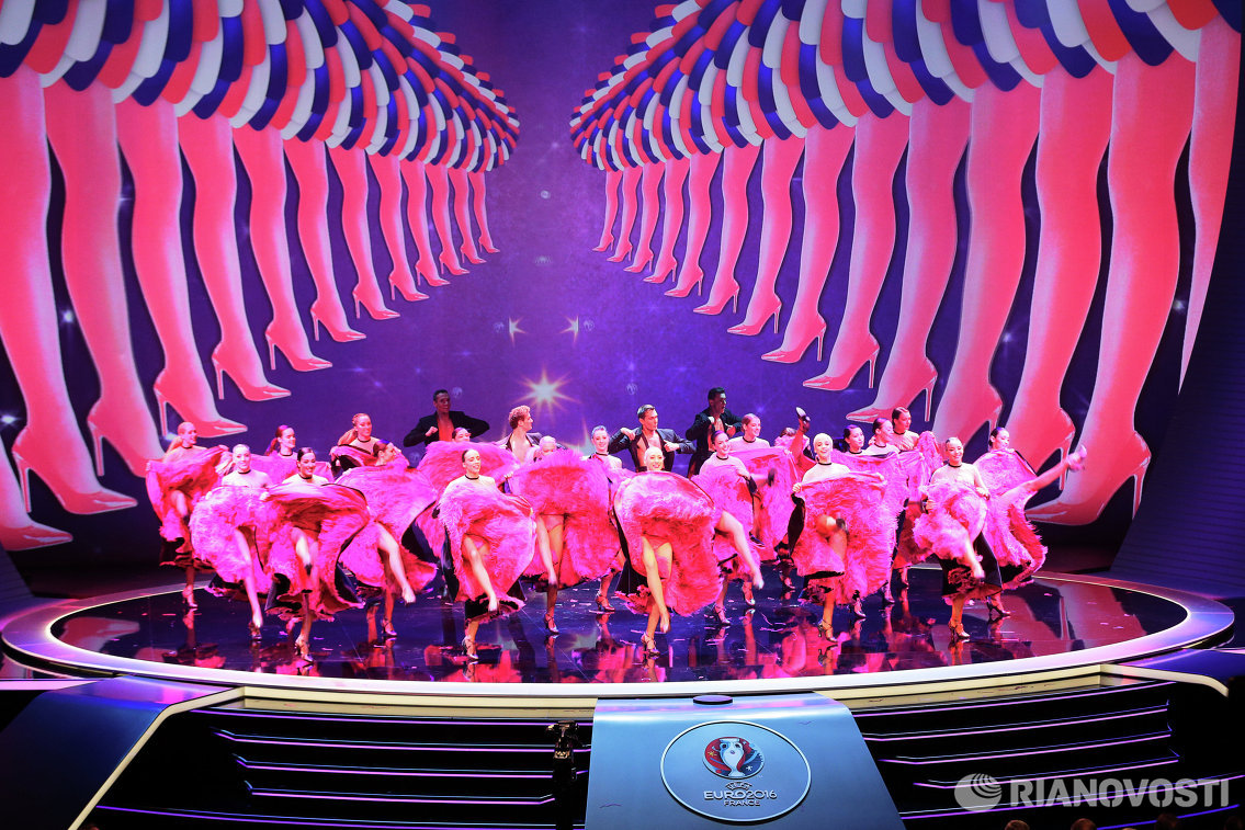 Выступление артистов балета перед началом церемонии жеребьевки финального турнира чемпионата Европы по футболу 2016