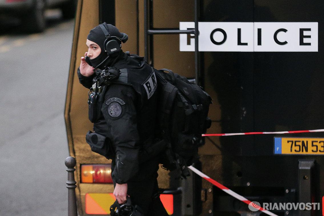 Сотрудники полиции, обеспечивающие безопасность на церемонии жеребьевки финального турнира чемпионата Европы по футболу 2016 года