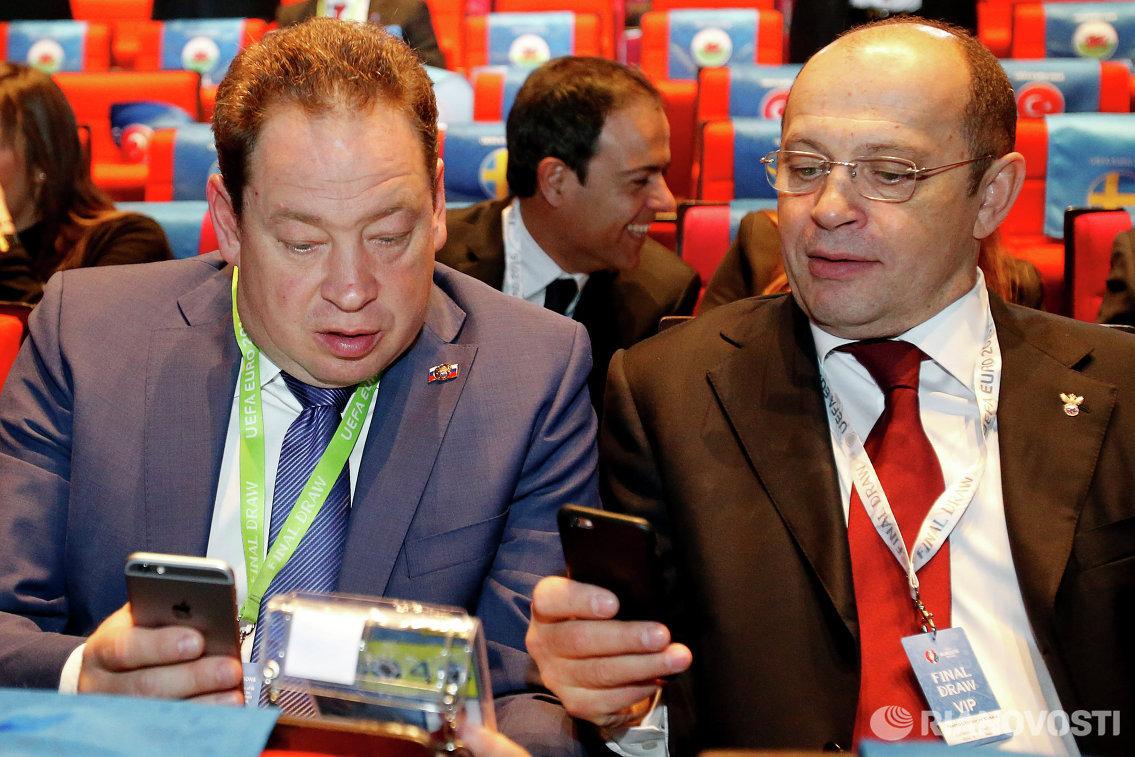Главный тренер сборной России Леонид Слуцкий (слева) и президент Российской футбольной Премьер-Лиги Сергей Прядкин