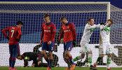 Футболисты Вольфсбурга Максимилиан Арнольд и Андре Шюррле (справа) радуются забитому голу
