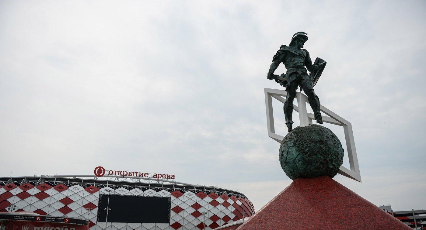 Скульптурная фигура гладиатора у стадиона Спартак в Москве