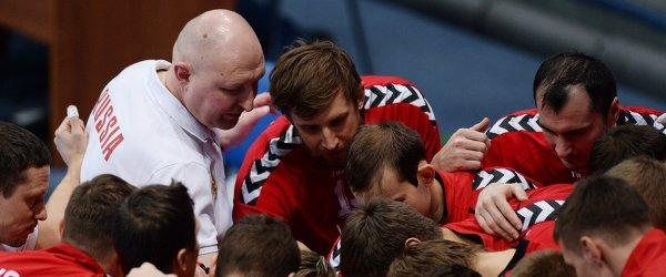 Тренер мужской сборной команды России по гандболу Дмитрий Торгованов и игроки