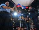Денис Лебедев (Россия) (в центре) и телеведущий Дмитрий Губерниев (справа)