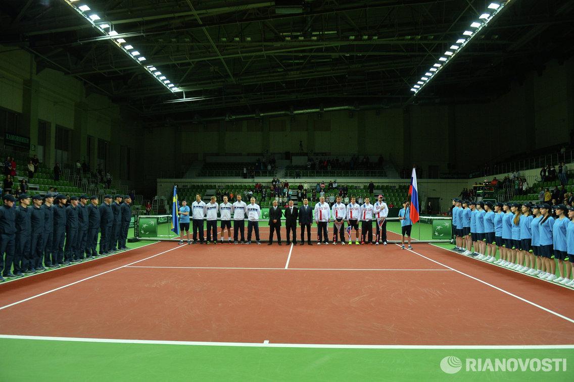 Теннисисты сборной Швеции (слева на втором плане) и теннисисты сборной России