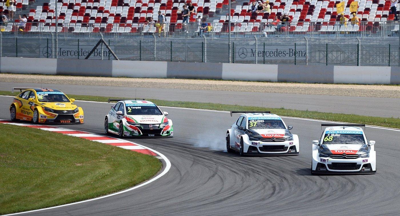 Справа налево: гонщик команды Citroen Total WTCC Иван Мюллер (Франция), гонщик команды Citroen Total WTCC Хосе-Мария Лопес (Аргентина), гонщик команды Honda Racing Team JAS Габриэле Тарквини (Италия) и гонщик команды Lada Sport Rosneft Роб Хафф (Великобритания)