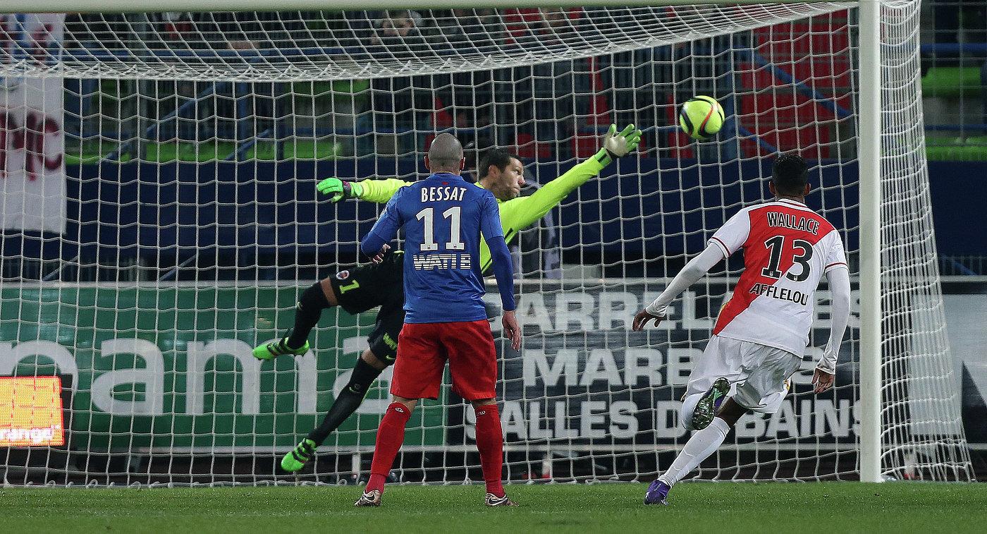Игровой момент матча чемпионата Франции между Каном и Монако