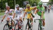 Велогонщик Астаны Винченцо Нибали (в желтой майке)