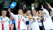 Сборная России по теннису фотографируется после окончания парной встречи против команды Швеции