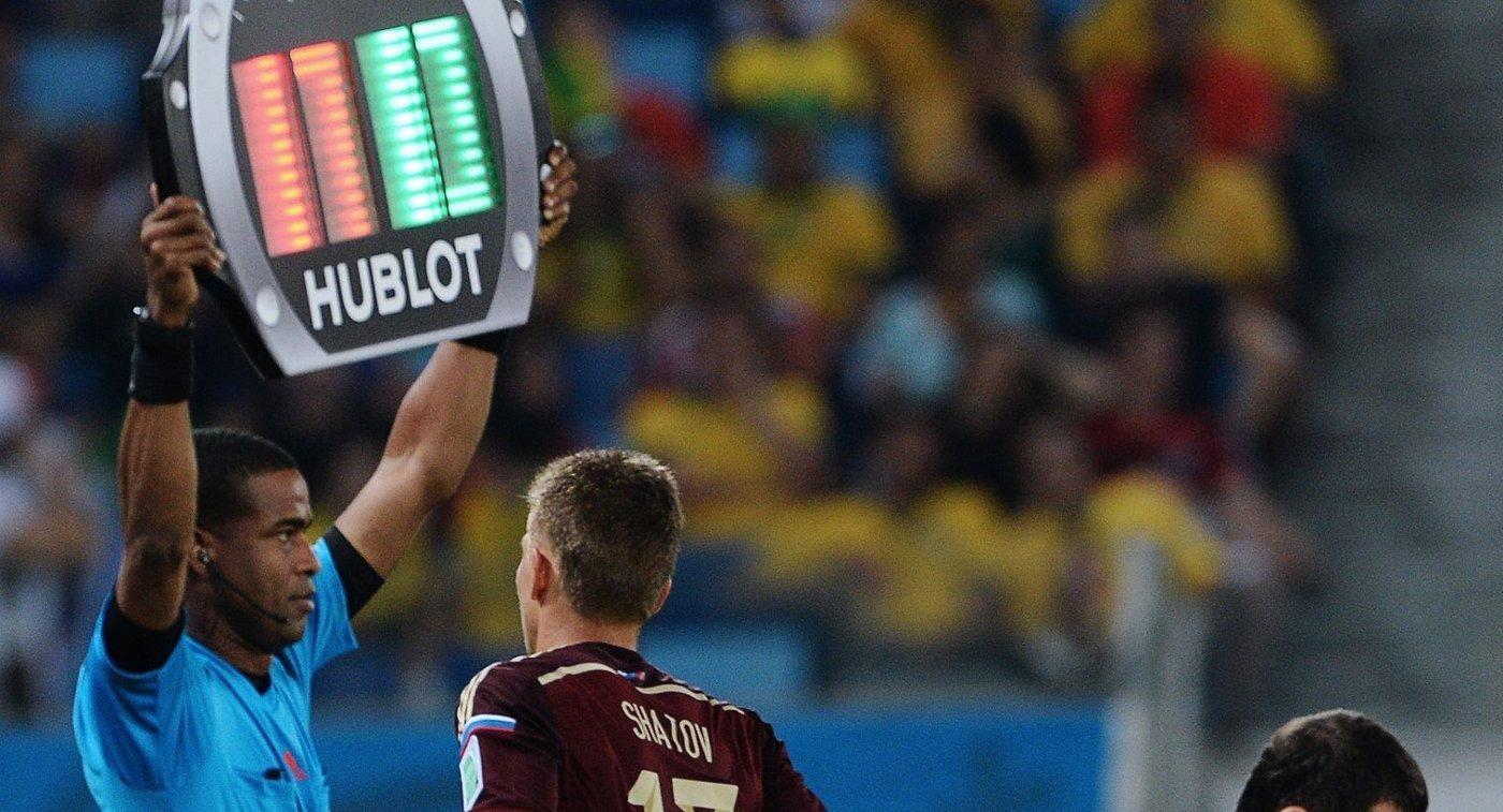 Замена в составе сборной России по футболу - Олег Шатов и Алан Дзагоев (слева направо)