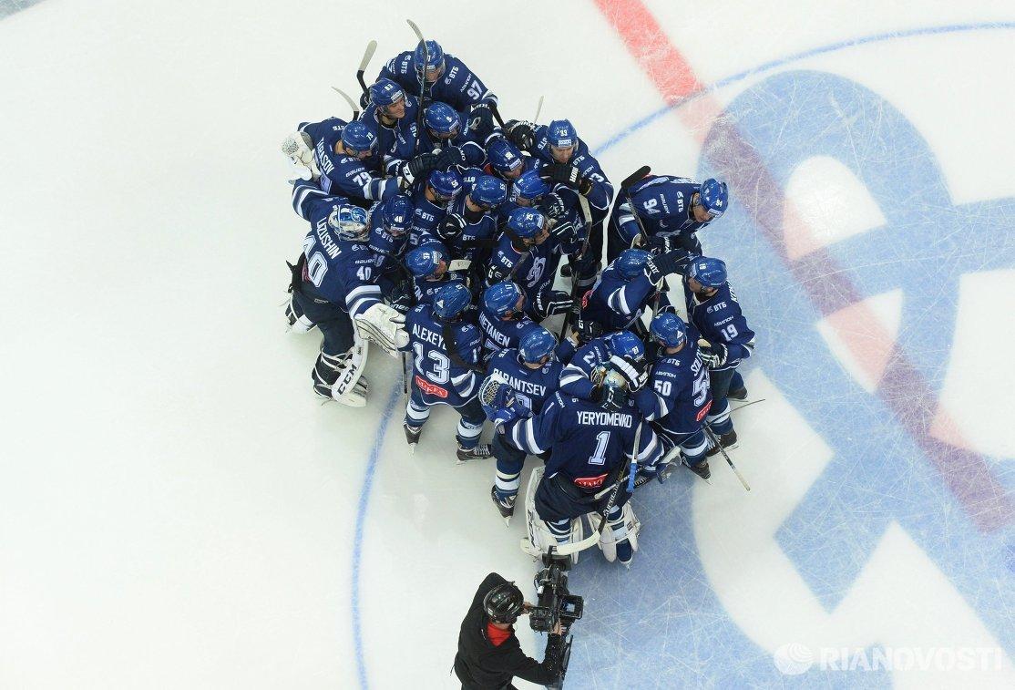 Хоккеисты Динамо радуются победе