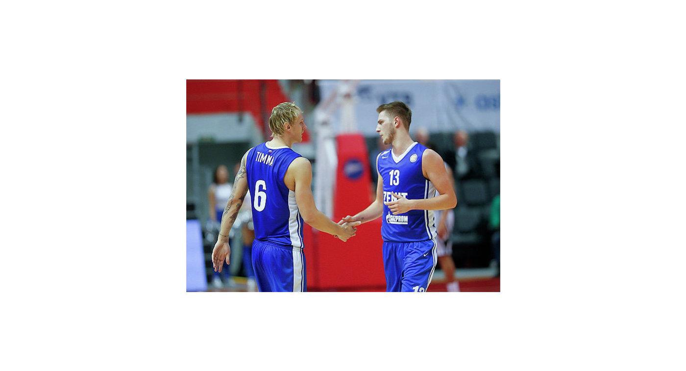 Игроки БК Зенит Янис Тимма (слева) и Артем Вихров