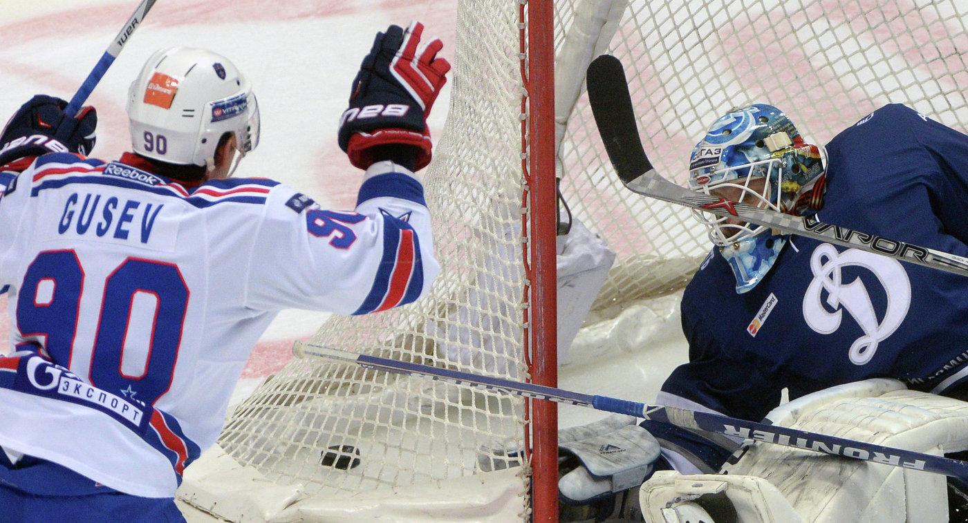 Форвард СКА Никита Гусев и вратарь Динамо Александр Ерёменко (справа)