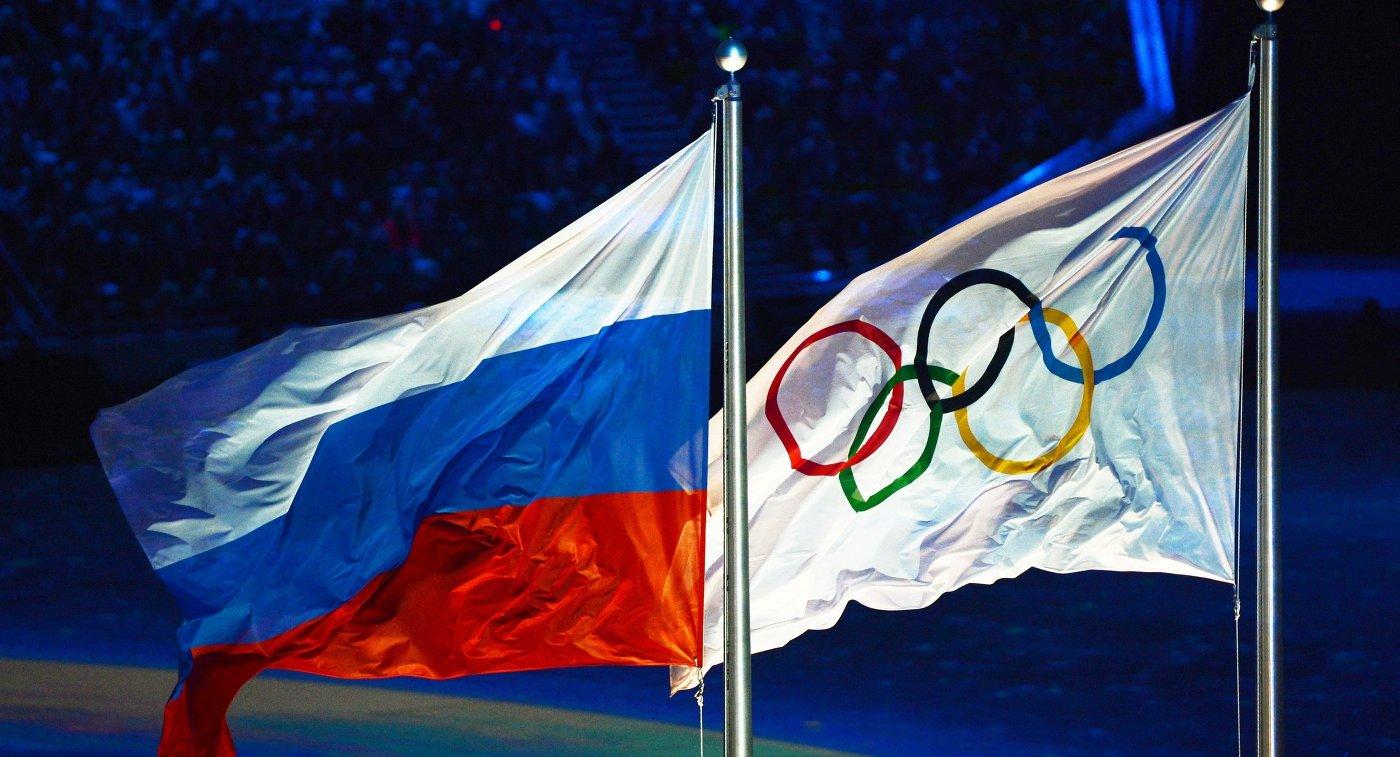Поднятие российского флага во время церемонии закрытия XXII зимних Олимпийских игр в Сочи