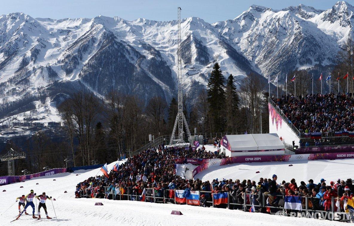Спортсмены на дистанции масс-старта в соревнованиях по лыжным гонкам среди мужчин на XXII зимних Олимпийских играх в Сочи