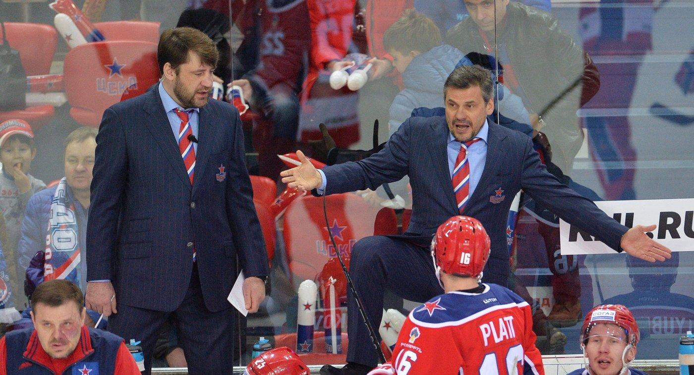 Главный тренер ЦСКА Дмитрий Квартальнов (на втором плане справа)