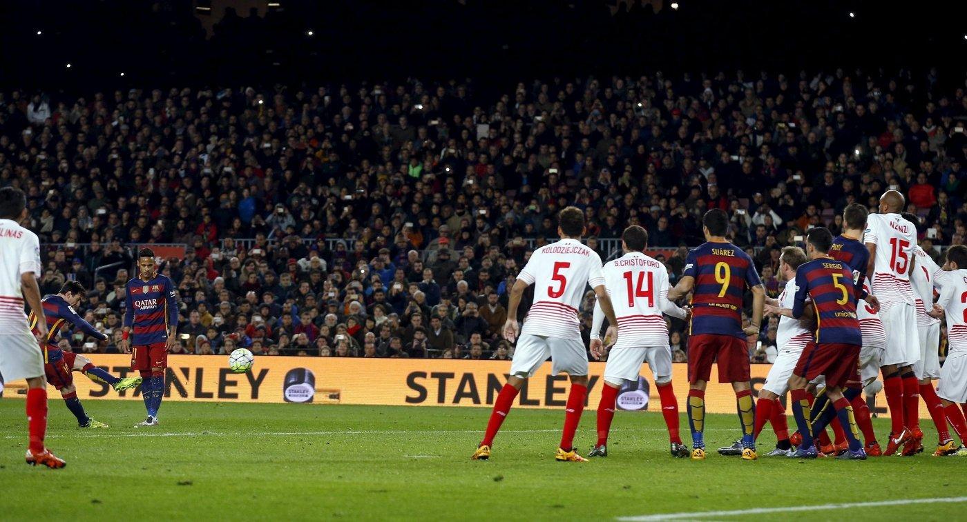 Игровой момент матча чемпионата Испании по футболу Барселона -Севилья