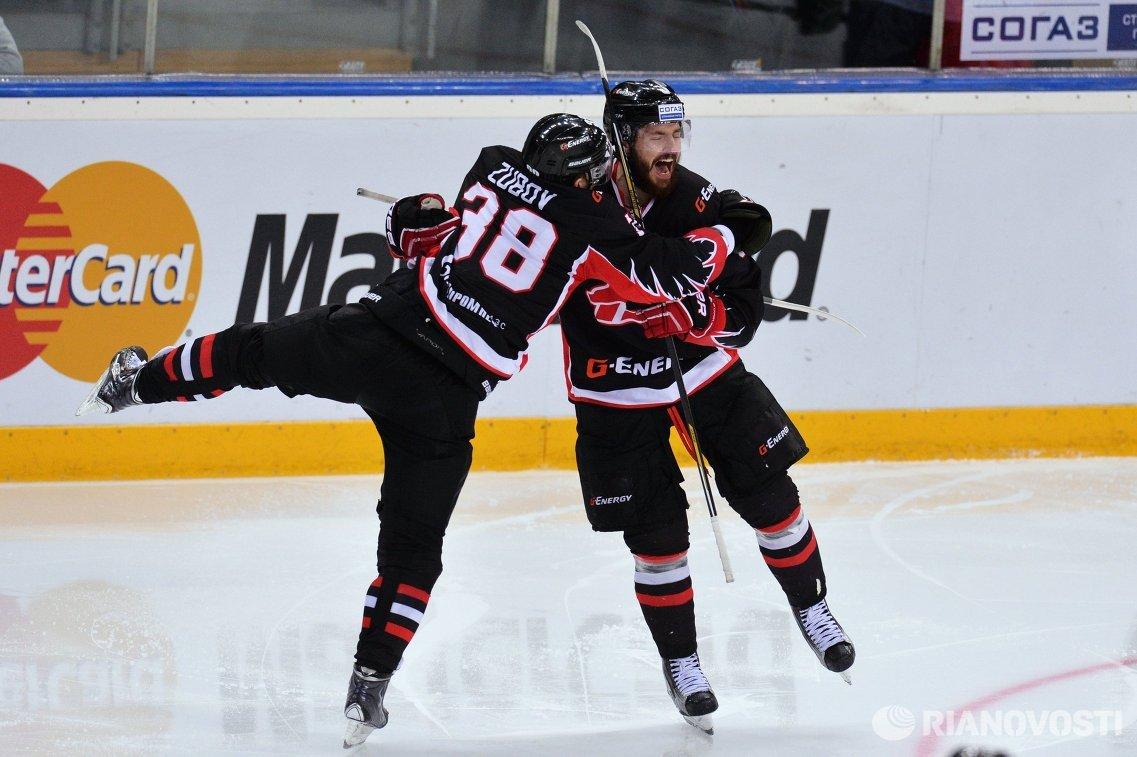 Хоккеисты Авангарда Илья Зубов (слева) и Михал Кемпни.