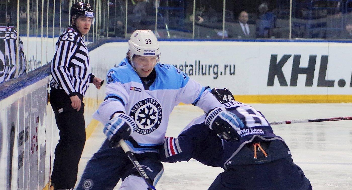 Форвард ХК Сибирь Степан Санников (слева) и защитник ХК Металлург Евгений Бирюков