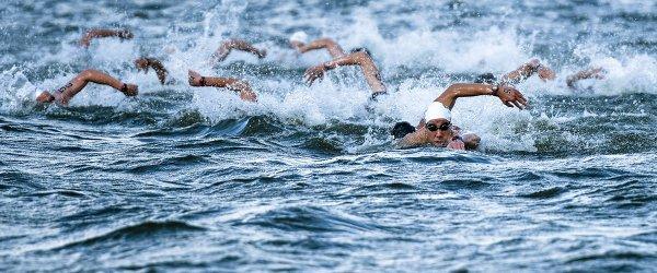 Спортсмены во время соревнований по плаванию на открытой воде
