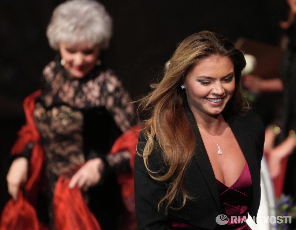 Алина Кабаева (слева)