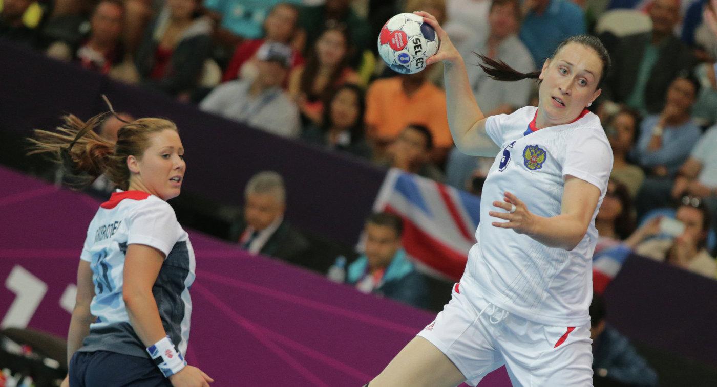 Игрок сборной России Людмила Постнова (справа)