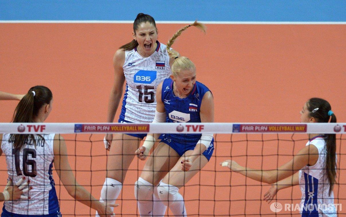 Волейболистки сборной России Татьяна Кошелева и Анна Малова (в центре слева направо)