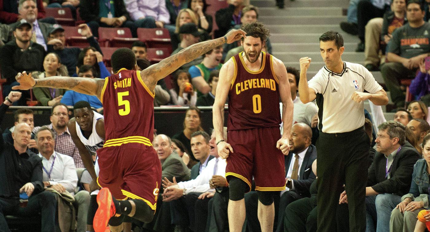 Баскетболисты Кливленда Кевин Лав и Джей Ар Смит (справа налево)